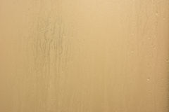 Fond humide de l'eau translucide dans la salle de bains Photos libres de droits
