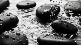 Fond humide noir de cailloux Photos stock