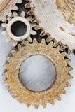 Fond industriel en métal avec les roues dentées rouillées de vitesse dans haut au sujet de Photo libre de droits