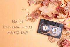 Fond international de jour de musique avec la bande de cassette sonore et images libres de droits