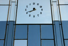 Fond inverse de bleu d'horloge Photo libre de droits