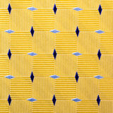 Fond jaune abstrait de tissu avec les diamants bleus Photographie stock libre de droits
