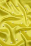 Fond jaune avec des perles Photos libres de droits