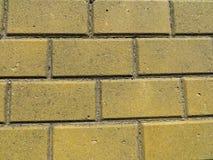 Fond jaune de briques photos stock