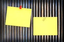 Fond jaune de note et en bois Image stock