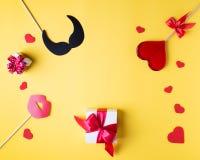 Fond jaune lumineux de jour du ` s de Valentine, concept de carte de voeux, Photographie stock libre de droits
