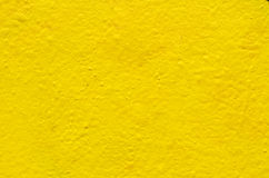 Fond jaune sur le mur de ciment Photos libres de droits