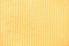 fond jaune texturisé avec les lignes verticales et les rayures de plâtre image libre de droits
