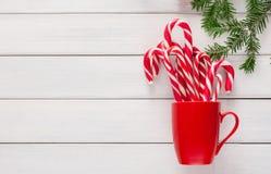 Fond joyeux de Noël avec les lucettes traditionnelles de canne de sucrerie Photos stock