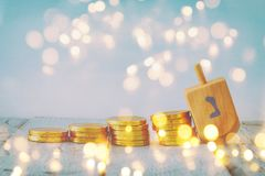 fond juif d'image de Hanoucca de vacances avec les pièces de monnaie traditionnelles de dessus et de chocolat de spinnig Photos stock