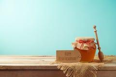 Fond juif de Rosh Hashanah de vacances avec le pot de miel sur en bois photographie stock libre de droits