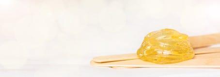 Fond large supplémentaire de bannière avec la pâte de sucre ou cirer le miel pour l'élimination de cheveux et les bâtons de  images stock