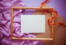Fond lilas romantique avec l'espace de cadre, de draperie et de copie pour Photo libre de droits