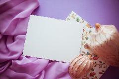 Fond lilas romantique avec l'espace de cadre, de draperie et de copie pour Photo stock