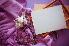 Fond lilas romantique avec l'espace de cadre, de draperie et de copie pour Image stock