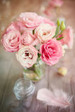 Fond lumineux avec les roses et la plume Images libres de droits