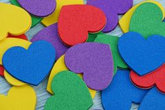 Fond lumineux coloré d'une pile de petits coeurs Images stock