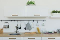 Fond lumineux de cuisine La cuisine blanche lumineuse Partie supérieure du comptoir en bois, vue intérieure de cuisine minimalist Photographie stock libre de droits