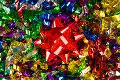 Fond lumineux de fête coloré de confettis et arc rouge Photographie stock libre de droits