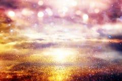 Fond lumineux de galaxie ou d'imagination Abrégez l'éclat de lumière concept magique et de mystère photos libres de droits