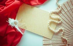 Fond lumineux sur le blanc avec la draperie rouge Photos stock