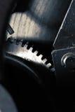 Fond mécanique avec la roue dentée ou le volant du moteur photos stock