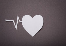 Fond médical, coupure de papier de coeur et graphique d'impulsion Photos stock