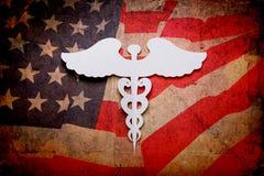 Fond médical, coupure de papier de cru de symbole médical de caducée photographie stock