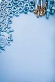 Fond métallique avec des screwbolts de joints de boulon d'anchrage d'hexagone Image stock