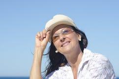 Fond mûr attrayant de ciel de femme Image stock