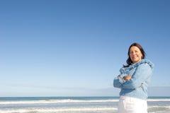 Fond mûr Relaxed d'océan de femme Images stock