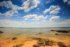 Fond marin pierreux transparent sous la marée basse Photos libres de droits