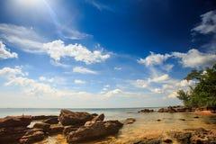 Fond marin pierreux transparent sous la marée basse Photo libre de droits