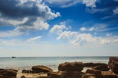Fond marin pierreux transparent sous la marée basse Images stock