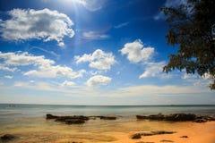 Fond marin pierreux transparent sous la marée basse Images libres de droits