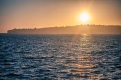 Fond maritime : coucher du soleil spectaculaire et l'océan bleu profond Photographie stock libre de droits