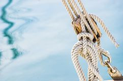 Fond maritime nautique, poulie en bois de voilier avec des cordes et fond d'eau de mer photo stock