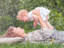 Fond maternel Mère avec l'enfant Concept de maternité Idée parentale et naturelle Temps de dépense de bébé avec la mère r photo libre de droits