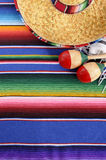 Fond mexicain avec la couverture et le sombrero traditionnels Image stock