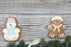 Fond minable en bois clair avec des biscuits de pain d'épice et des branches impeccables Photo stock
