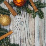 Fond minable en bois clair avec un cadre des branches et des boules impeccables de Noël-arbre Image stock