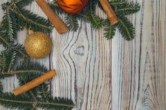 Fond minable en bois clair avec un cadre des branches et des boules impeccables de Noël-arbre Images stock