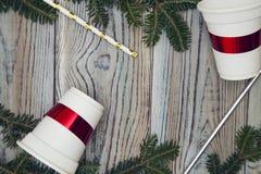 Fond minable en bois clair avec un cadre des branches et des cadeaux impeccables Photo libre de droits
