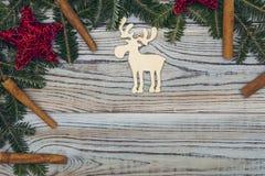 Fond minable en bois clair avec un cadre des branches et des ornements impeccables de Noël-arbre Photographie stock libre de droits