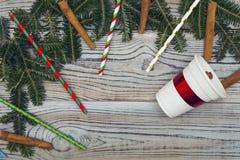 Fond minable en bois clair avec un cadre des branches et des ornements impeccables de Noël-arbre Images stock
