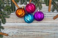Fond minable en bois clair avec un cadre des branches et des ornements impeccables de Noël-arbre Photos libres de droits