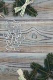 Fond minable en bois clair avec un cadre des branches impeccables Photographie stock