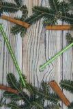 Fond minable en bois clair avec un cadre des branches, des pailles et des bâtons de cannelle impeccables Image libre de droits
