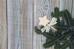 Fond minable en bois clair avec une étoile de jouet et des branches impeccables Images stock