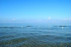 Fond minimaliste d'été, mer cristalline et ciel bleu Photos stock